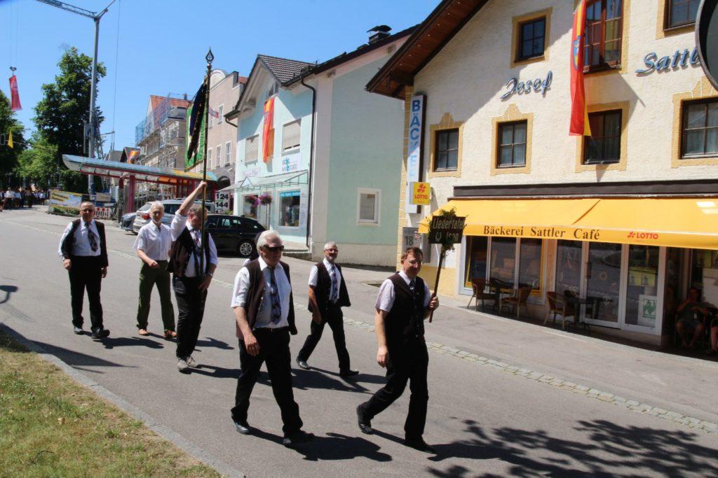Fahnenabordnung beim Festzug der Freiwilligen Feuerwehr Isen zur 150-Jahr Feier in 2019
